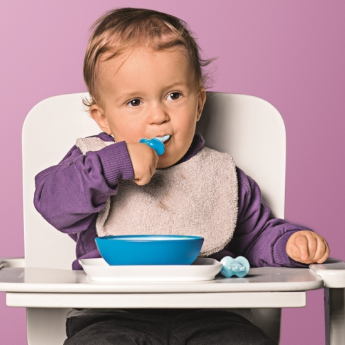 Baby boy eats puréed food using the MAM Dipper Set